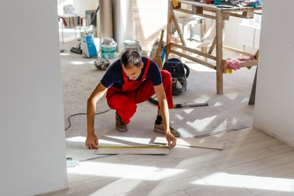 contractor-fixing-floor-installation