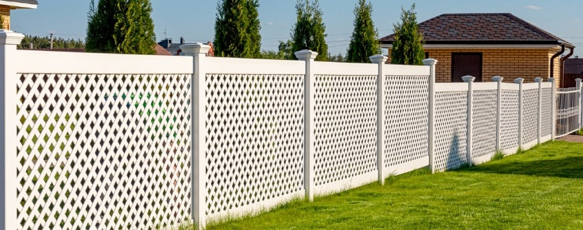 white-vinyl-fence-in-a-cottage-village-several-panels-are-connected-picture-id1272324064